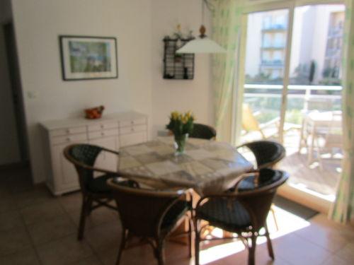Blick von Küchenzeile auf Wohnraum
