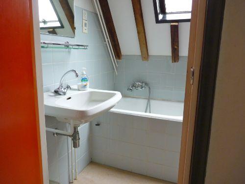 Das Badezimmer (mit kleiner Badewanne)