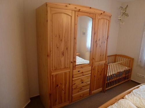 Schlafzimmerschrank, Kinderbett
