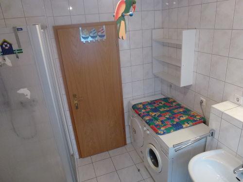 Trockner und Waschmaschine im Bad