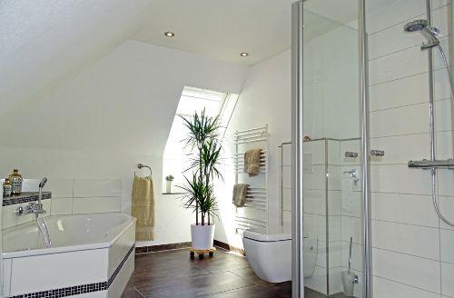 Badezimmer im OG mit Dusche & Badewanne