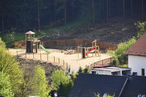 der neuerbaute Spielplatz