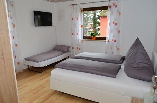 Schlafzimmer 1 mit Beistellbett