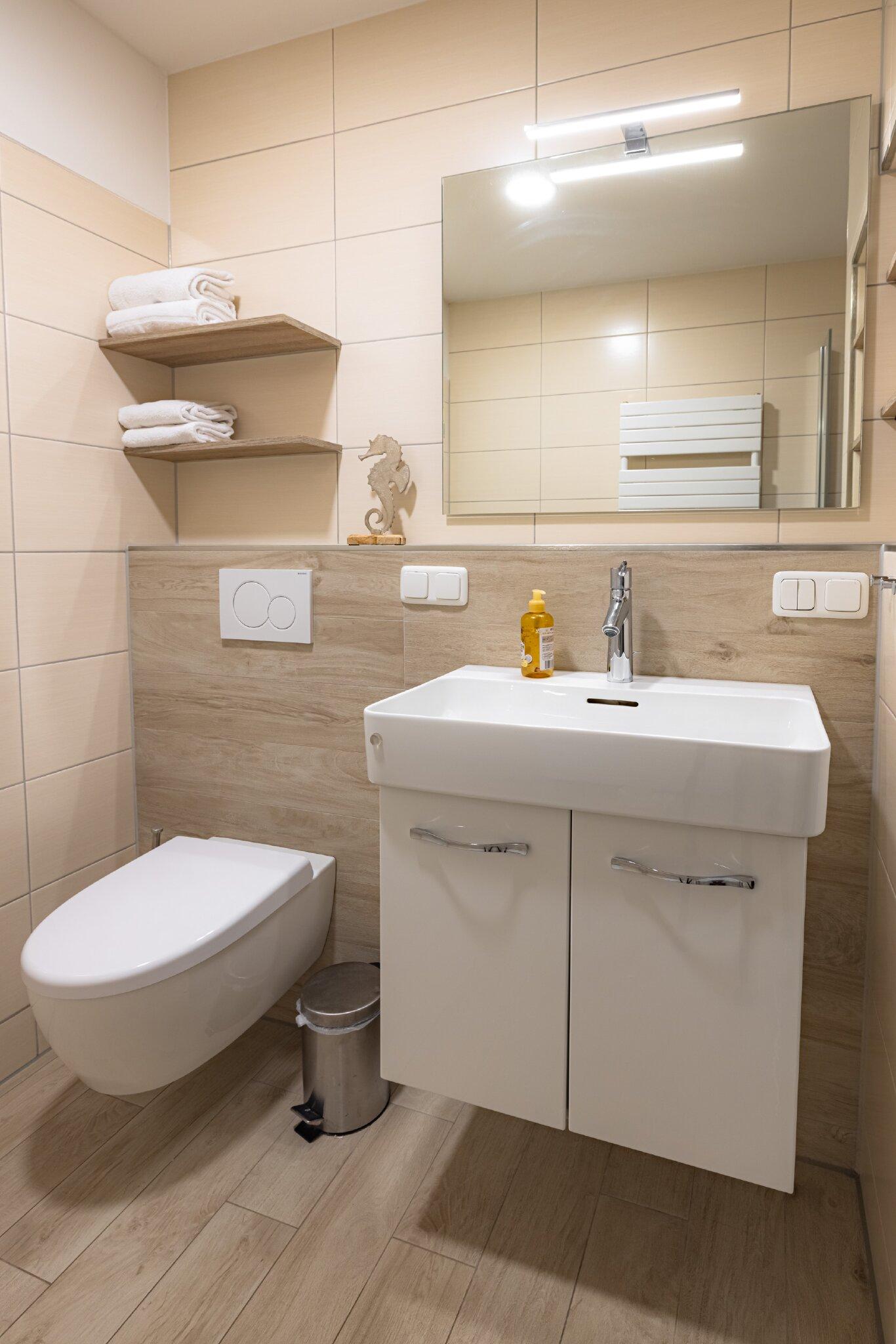 Dusch-Bad zw. den beiden Schlafzimmern