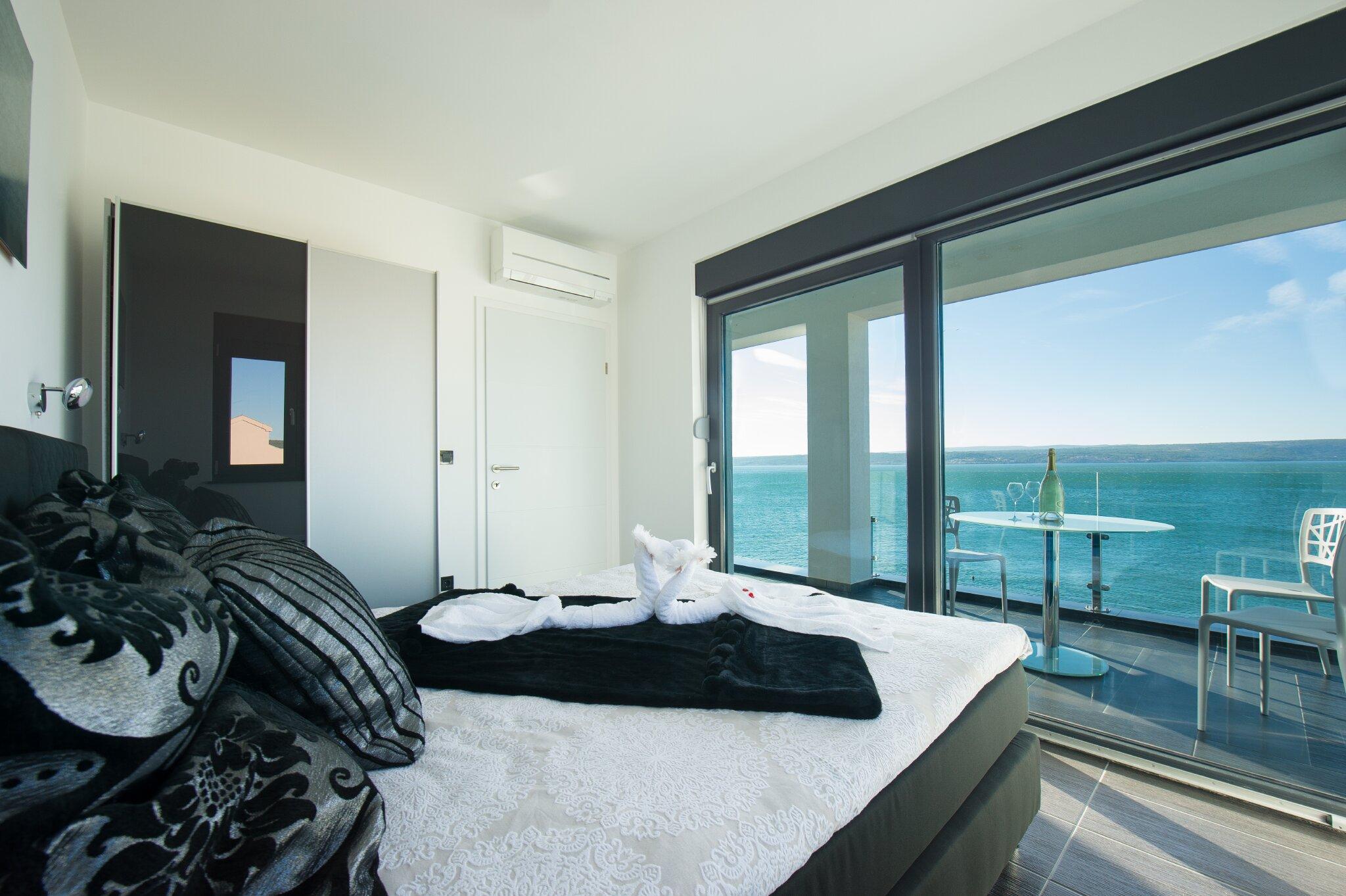 Schlafzimmer mit King-Size-Doppelbett