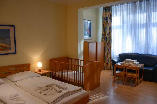 Gro�es Schlafzimmer mit 2. TV