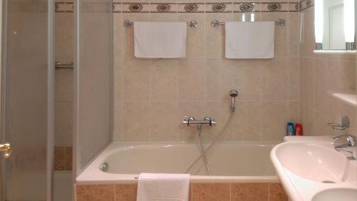 Bad mit Doppelwaschbecken, Wanne, Dusche