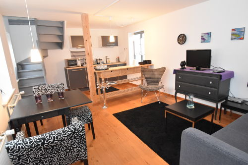 Eleganter Wohnbereich mit Küchenzeile