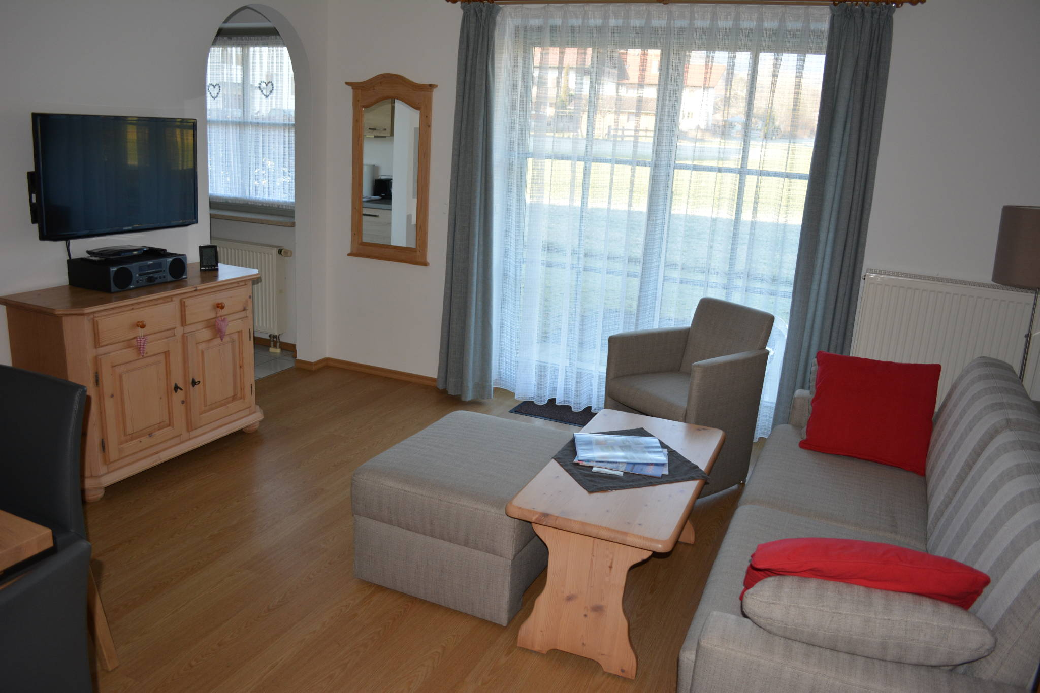 Der Wohnraum mit Küche und Essecke