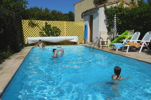 Privat-Pool mit Sonnenliegen