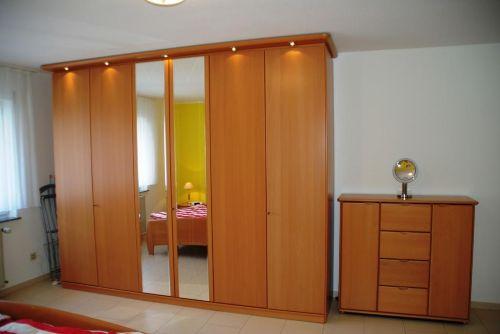 Schlafzimmer mit Safe im Kleiderschrank