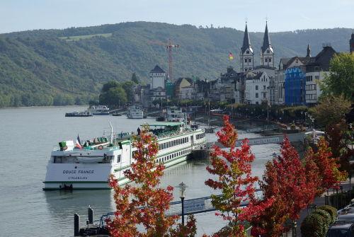 Fensterblick auf die Rheinpromenade