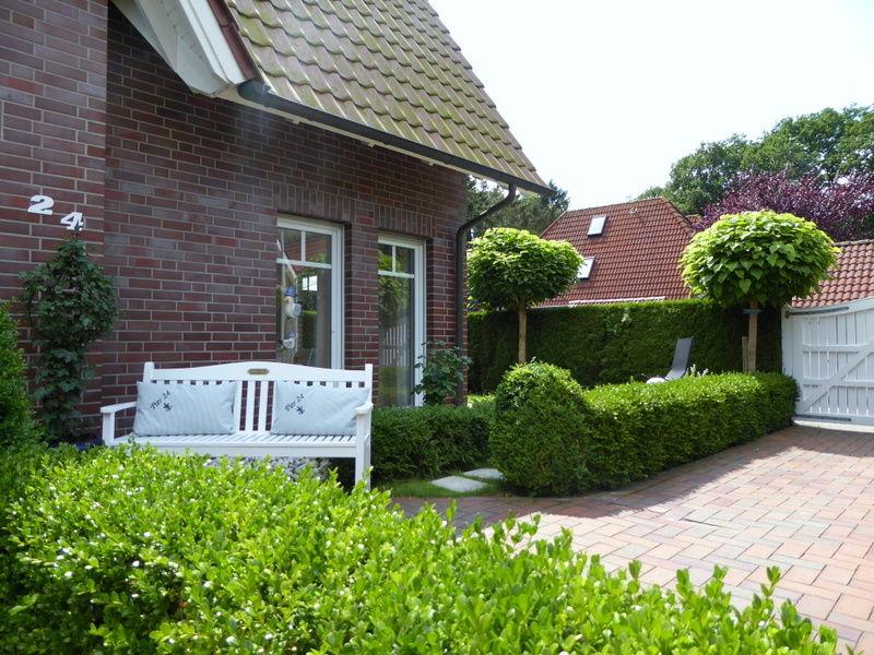die Auffahrt mit schönem Garten