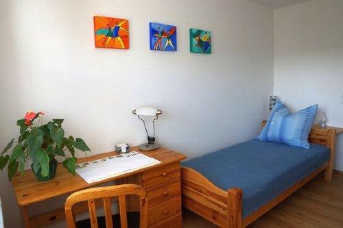 2. Schlafzimmer mit Einzelbett und Schreibtisch