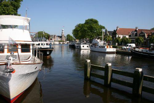 Segelboote und Segelschule vorhanden