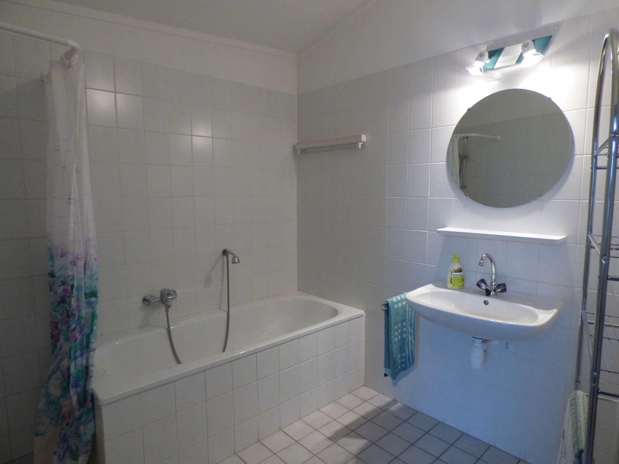 Badezimmer mit Wanne und separate Dusche