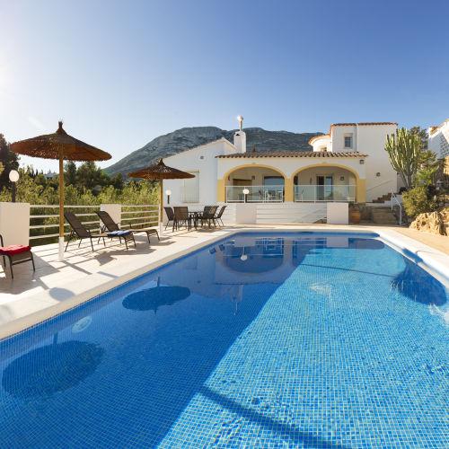 Poolterrasse mit Blick zum Haus