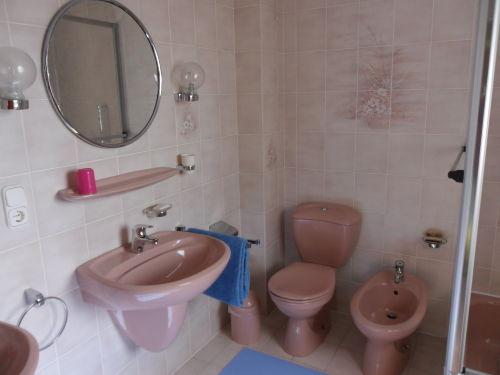 Bad mit 2 Waschbecken, Dusche, WC, Bidet