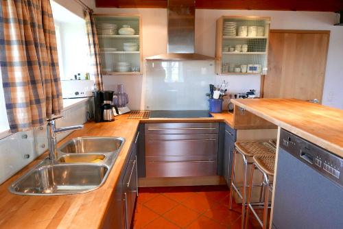 Voll ausgestattete offene Küche