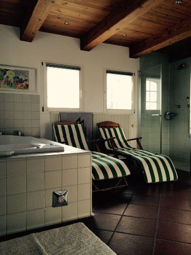Das Wellnessbad mit Whirlpool-Badewanne
