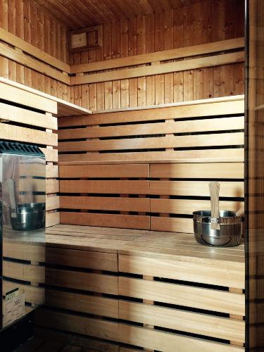 Die Sauna hat auch ein Fenster