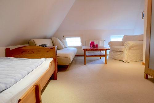 Einzelbett und gemütliches Schlafsofa