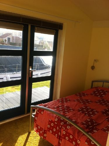 Schlafzimmer mit Flügeltüren zu Terrasse