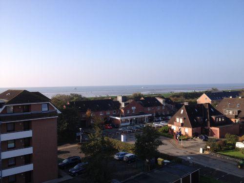 Blick vom Balkon auf Deich und Nordsee