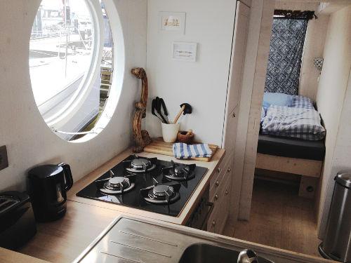 Offene Küche im Mittelpunkt des Schiffs
