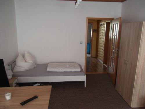 Wohnzimmer mit zwei Betten
