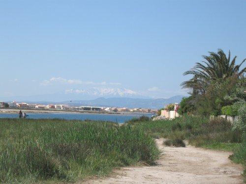 Blick auf die Lagune und Pyrenäen