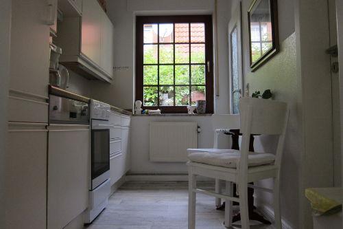 Die Küche mit Geschirrspüler.