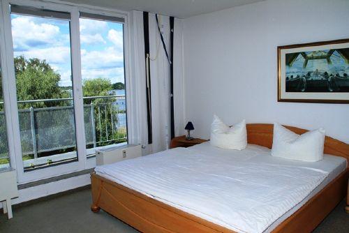 Schlafzimmer 1 mit Balkon und Seeblick