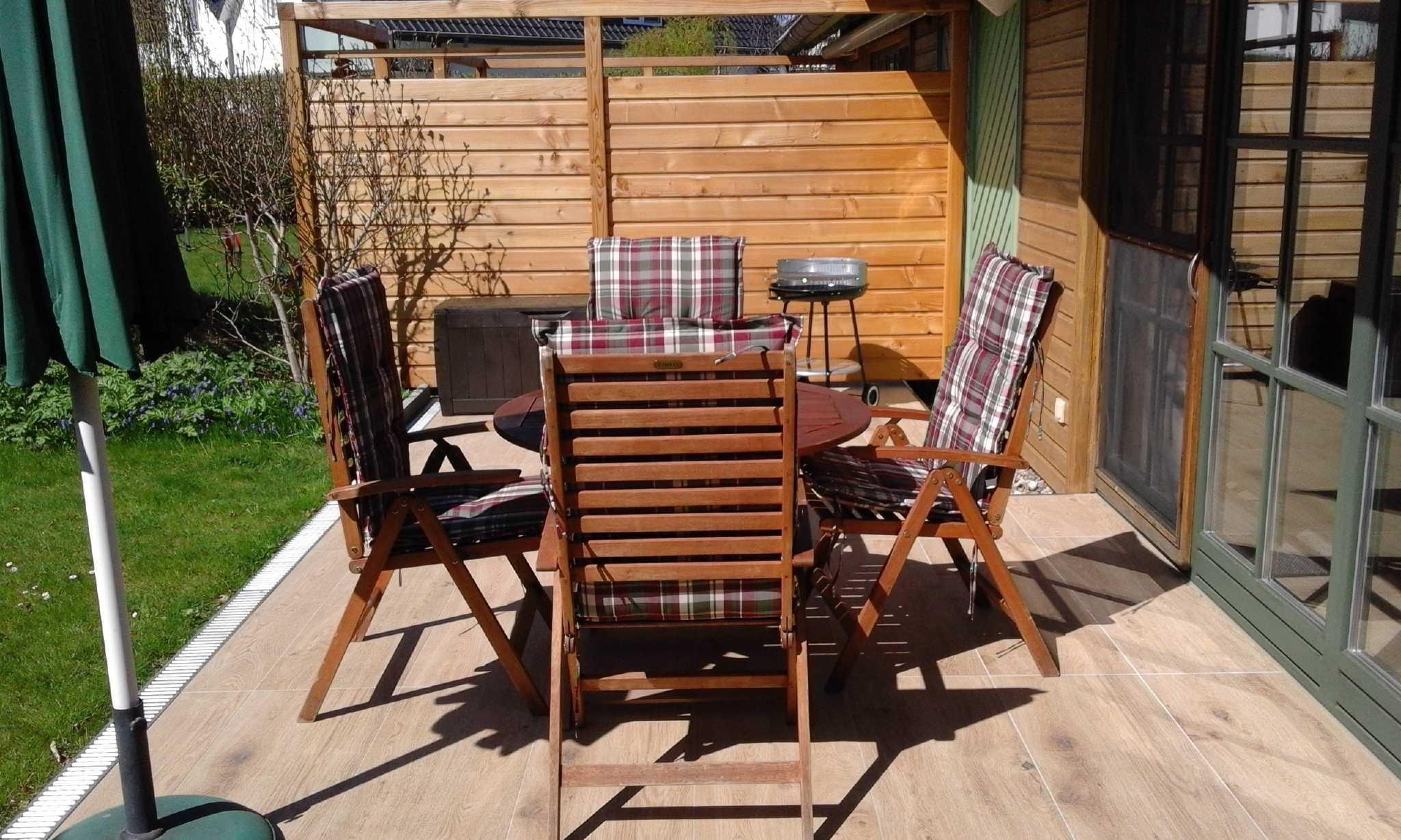 Terrasse mit Gartenmöbel & Grill