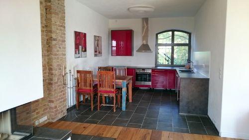 Küche mit Essbereich, vom Kamin aus