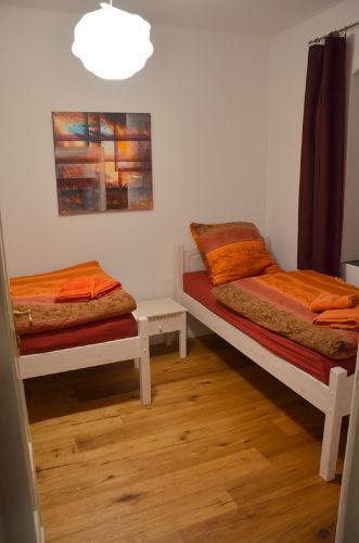 Schlafzimmer 2: zwei Betten je 90x200