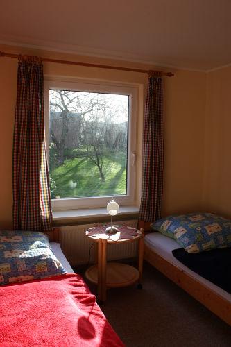 Schlafzimmer mit Blick in den Obstgarten
