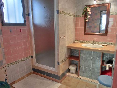 Badezimmer mit Duschkabine und Toilette