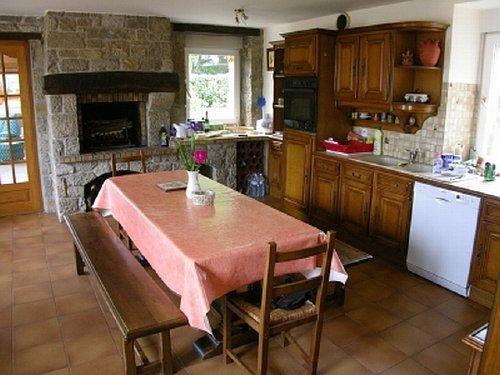 große Küche mit weiterem Kamin