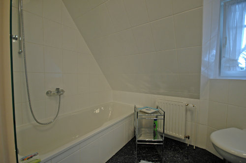 Badezimmer - Blick auf Dusch-/Badewanne