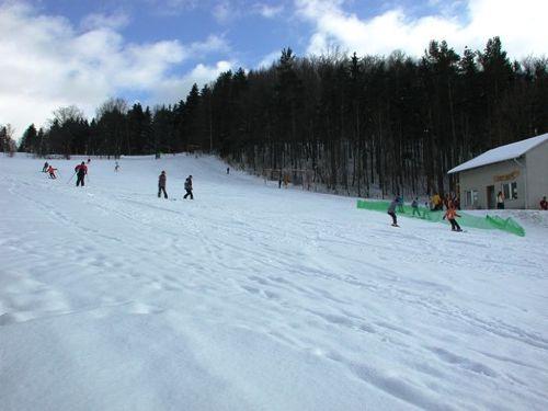 der Skihang unmittelbar vor der Tuer