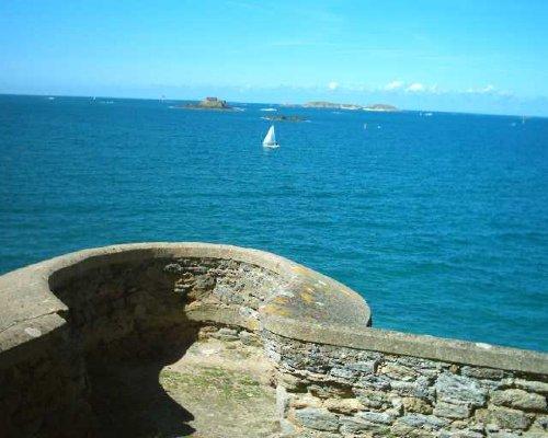 Blick von der Hausmauer aufs Meer