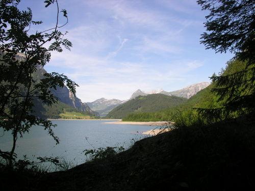Klöntal nahe gelegener Bergbadesee