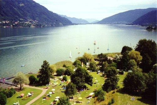 Blick über Liegewiese und See