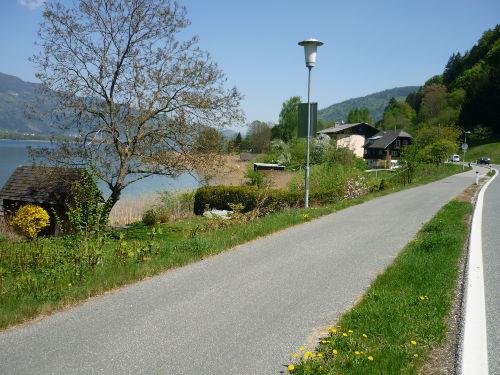 Radfahrweg den See entlang