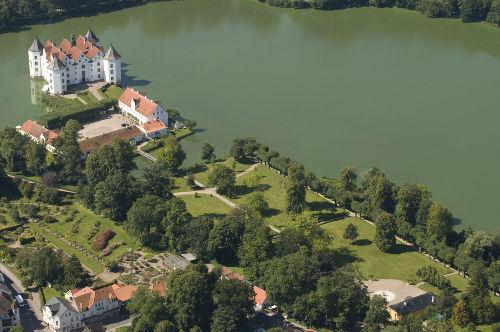 Das nahe gelegene Schloss Glücksburg
