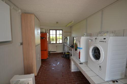 Separate Waschküche mit Trockner