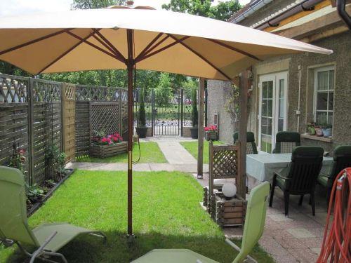 Eingang, Garten und überdachte Terrasse