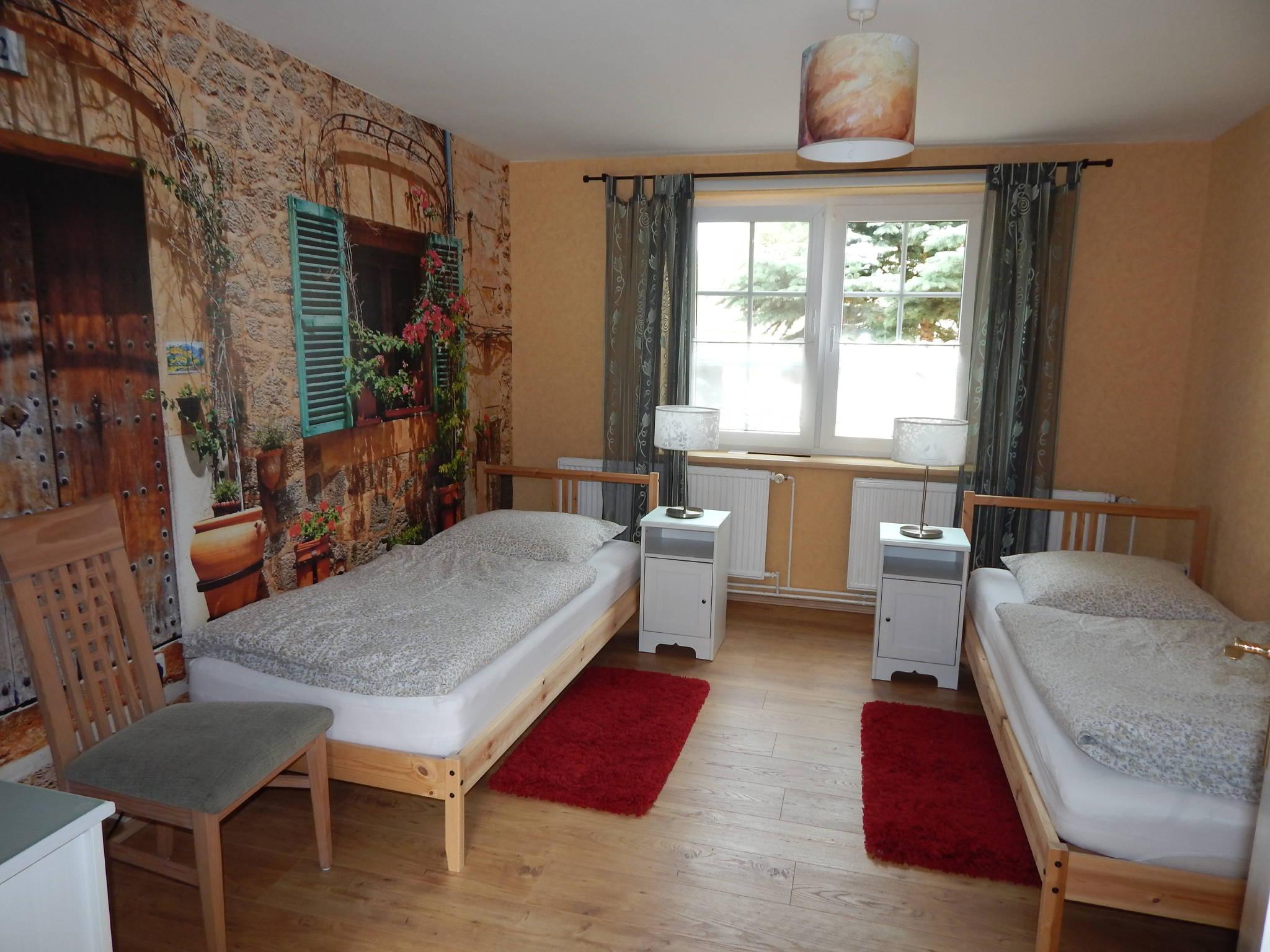 Schlafzimmer mit TV und 2 Betten