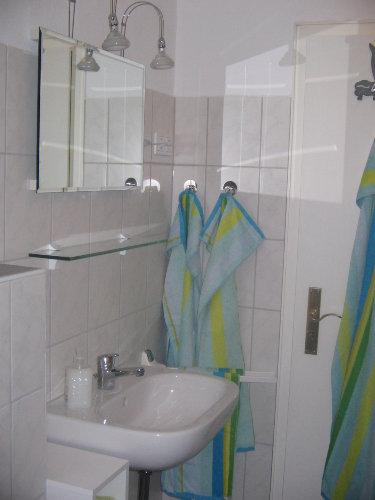 Badezimmer (Waschbecken mit Spiegel)